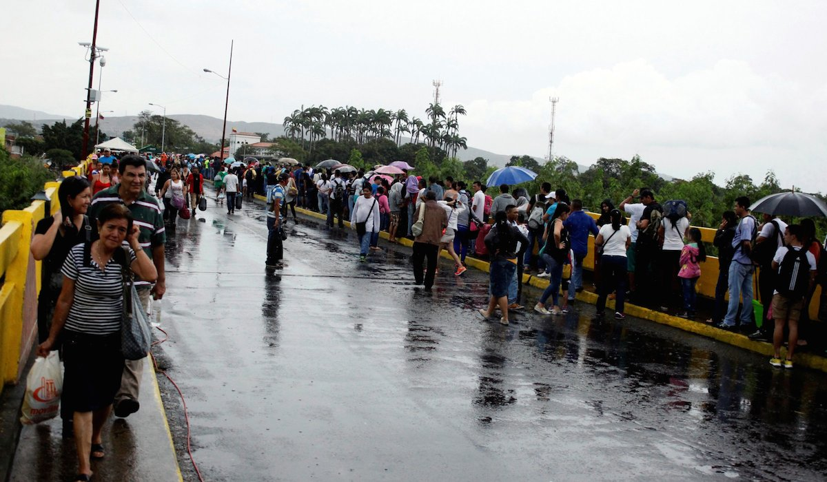 Venezuelans cross the Simon Bolivar bridge